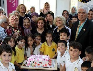 Dünya Yaşlılar Günü'nde pasta kestiler