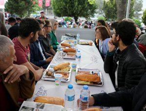 Fatma Şahin kardeşlik sofrasında vatandaşla iftarını açtı