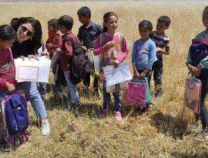 Köy çocukları dileklerini mektuplara yazdı, onlar yerine getirdi