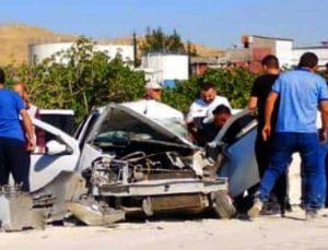 Otomobil iş makinesine çarptı: 4 yaralı