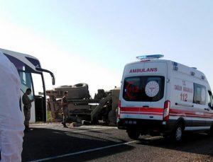 Sınıra zırhlı araç sevkıyatı yapan tır devrildi: 2 asker yaralı