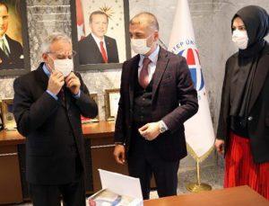 Sağlık çalışanlarına maske dağıttılar